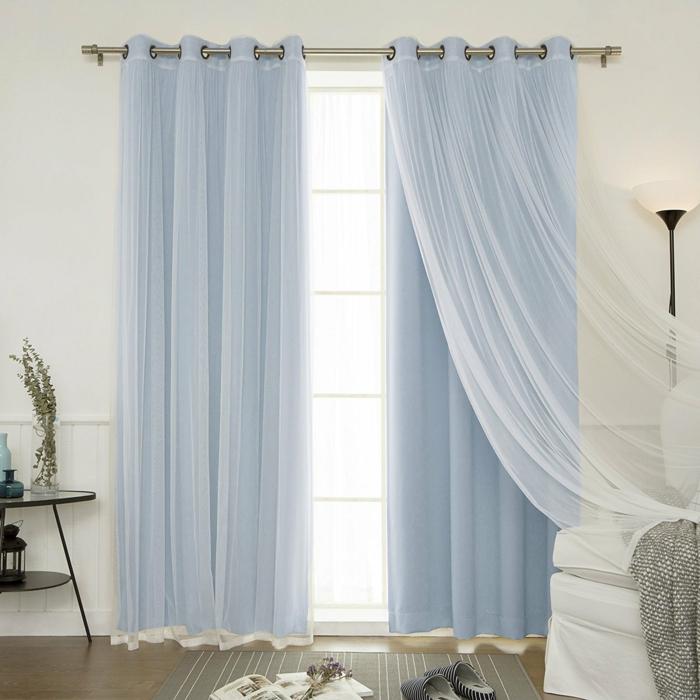 cortinas para salon, visillo encima de las cortinas de velo color azul bebé, efecto aireado, reail de metal, paredes en blanco