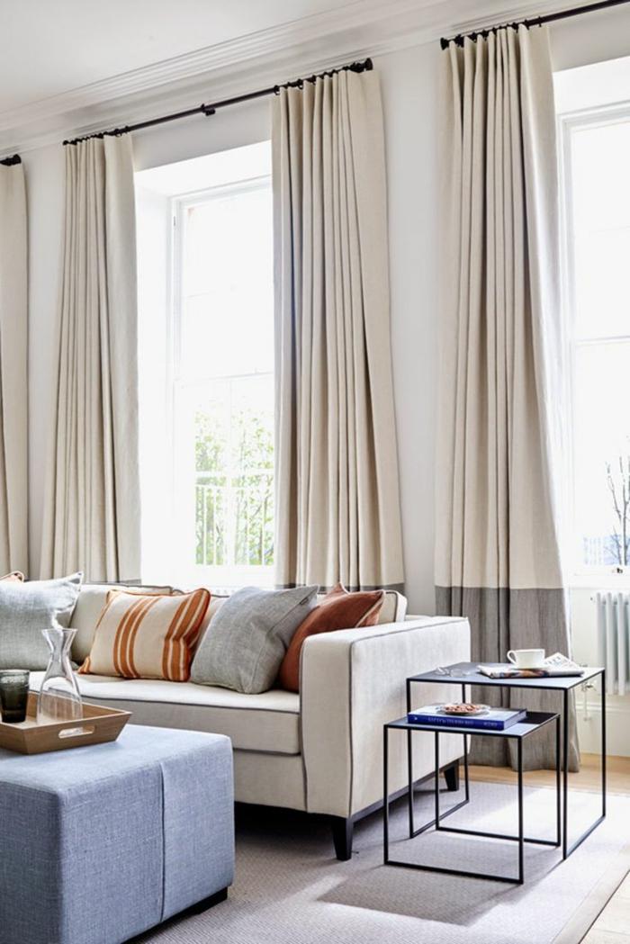 cortinas para salon, efecto ombre, cortinas en beige claro con bordes en gris, barra de madera estrecha, sofá moderno