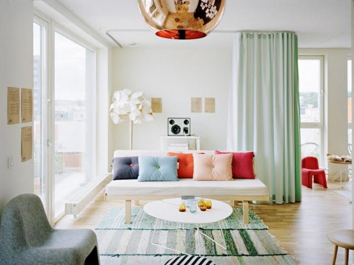cortinas para salon, propuesta moderna en verde claro de satín, idea para separar los espacios con cortinas