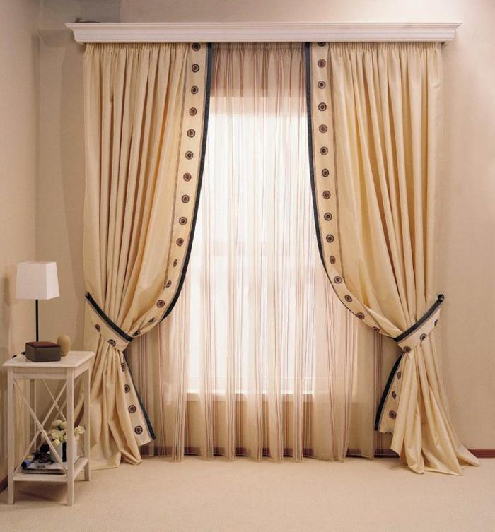 cortinas para salon, moderno ejemplo de cortinas en beige en dos capas, bordes con detalles en negro, visillo delicado