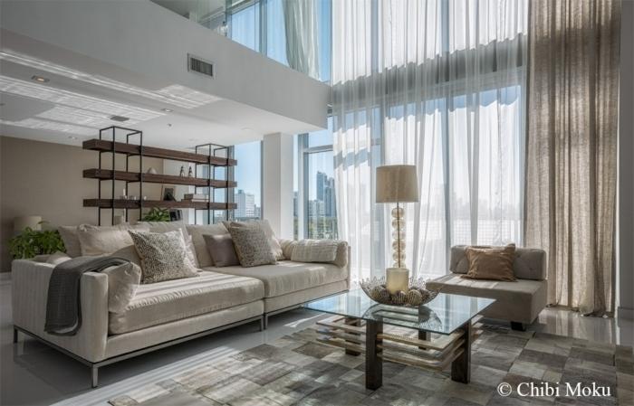 cortinas para salon, tendencias 2017 en colores y tejidos, fibras naturales de colores blanco y beige, espacioso salón luminoso