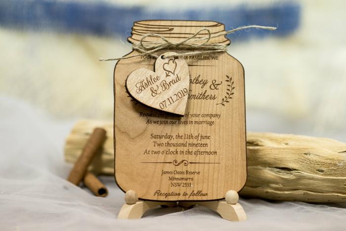 invitaciones de boda vintage, invitación de boda con fecha y nombres grabados en madera, forma de tarro con corazón
