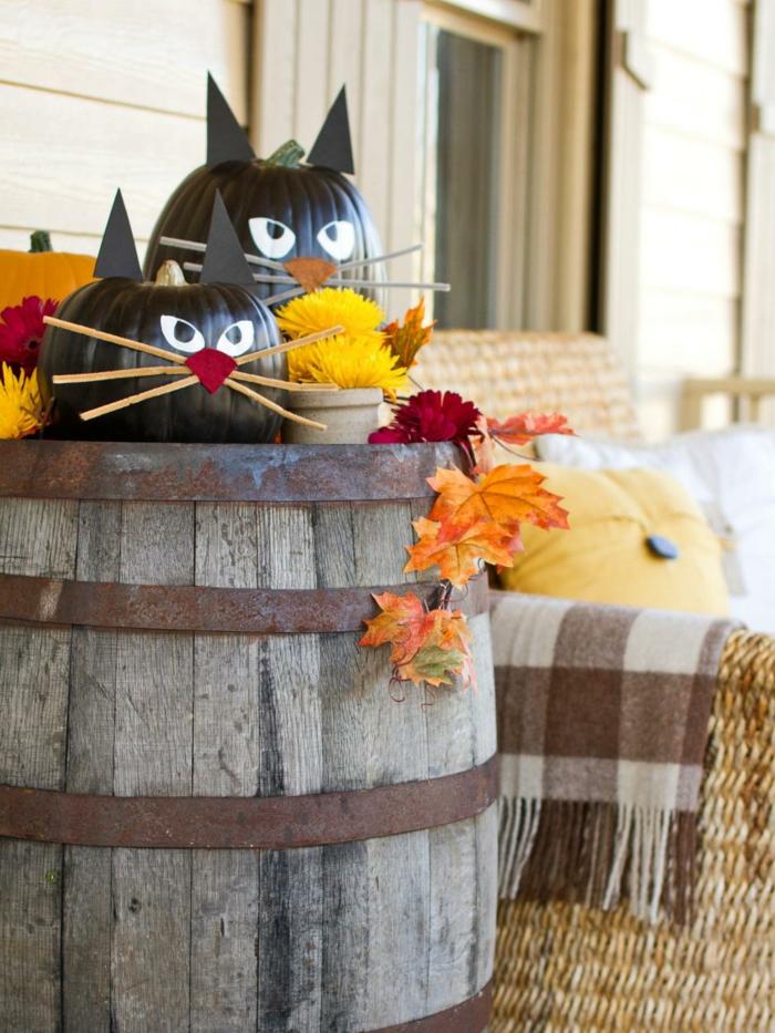 ideas para halloween, calabazas disfrazadas en gatos, pintura negra, hojas de otoño, colores cálidos