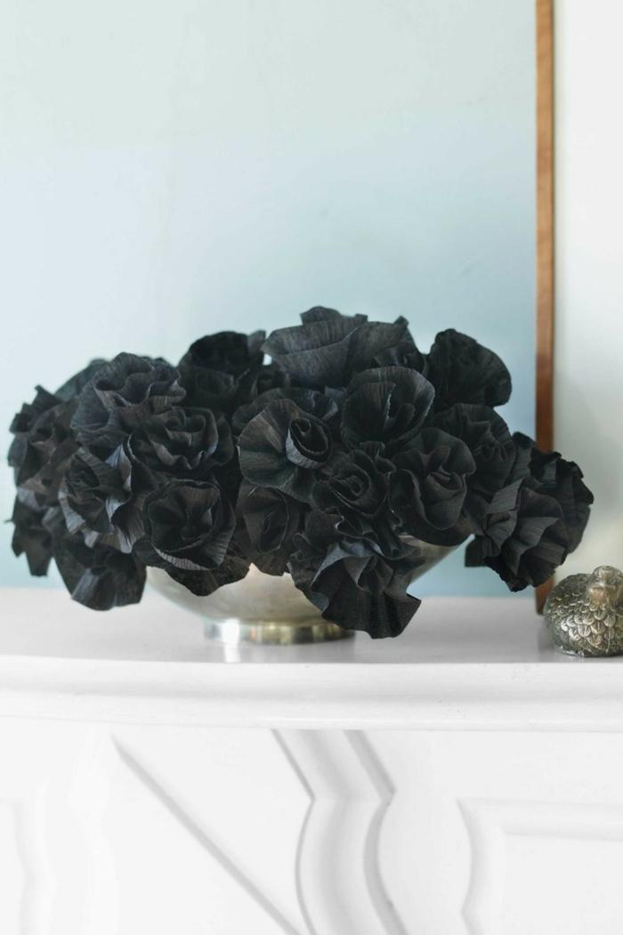 ideas de halloween, decoración refinada y simple, rosas negras de papel crepe, paredes azul claro, recipiente de metal