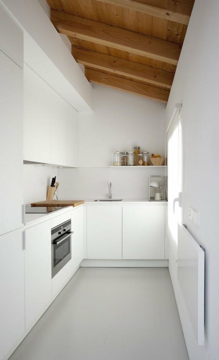 decoracion cocinas, cocina pequeña larga en blanco, techo inclinado con vigas de madera, ventana pequeña