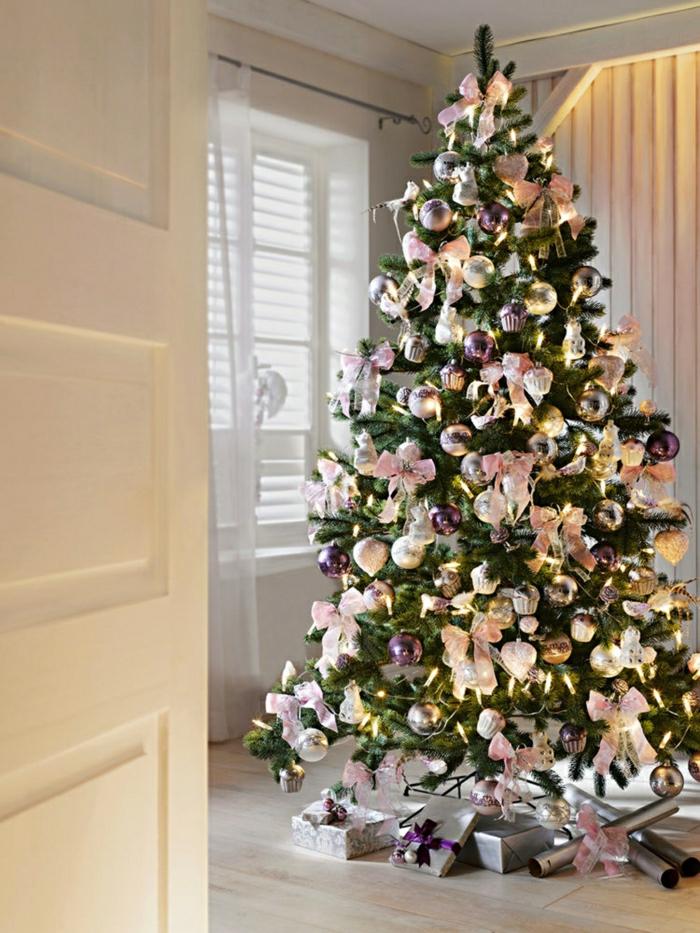 arbol navidad bonito, propuesta exquisita de decoración en color rosa y morado, tonos pasteles que dan toque romántico