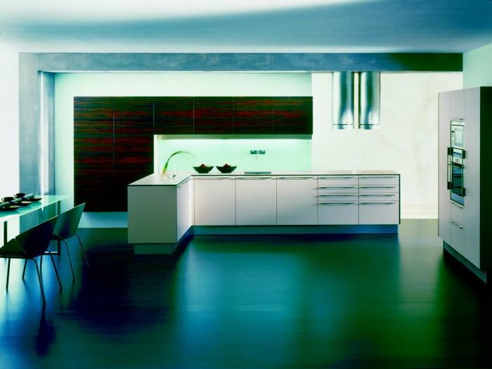cocinas con encanto, cocina en forma L moderna, muebles blancos laminados, comedor, luz artificial en verde y azul