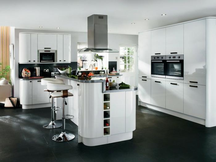 cocinas con encanto, cocina con isla con barra, sillas altas, suelo de baldosas negras, dos hornos, encimera de acero inoxidable