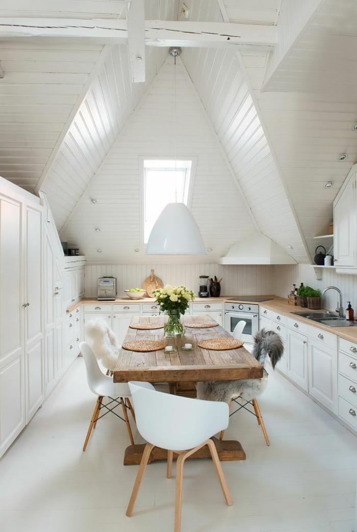 cocinas con encanto, cocina grande blanca con techo triangular de madera, mesa de madera rústica con sillas de plástico, encimeras de madera