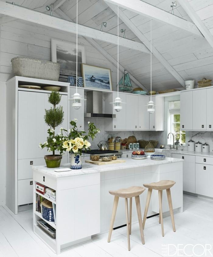 cocinas con encanto, cocina pequeña blanca con isla, silals altas de madera, encimera de mármol, techo con vigas de madera blanca, planta verde
