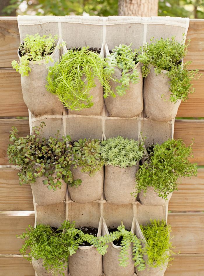 jardines con piedras, elemento decorativo original para tu jardin, sacos pequeños colgados en la pared, que juegan el papel de macetas