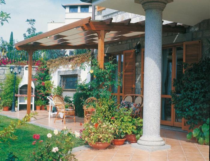 como hacer un jardin, glorieta de madera masiva, azulejos en el suelo, hermoso jardín con césped y rosas