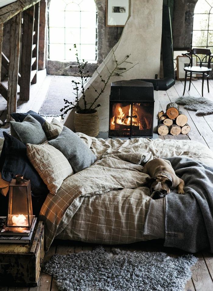 dormitorios de matrimonio, dormitorio con chimenea encendida, cama a ras del suelo con perro, leña y ventanales