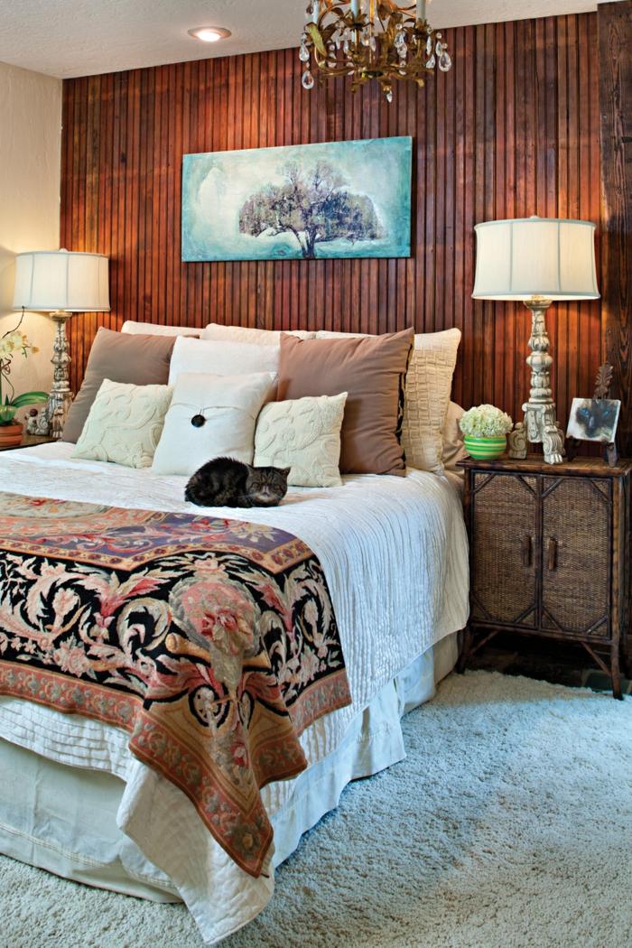 dormitorios de matrimonio, dormitorio con pared de tarima, alfombra blanca, cama doble y gato , mesilla de noche rústica