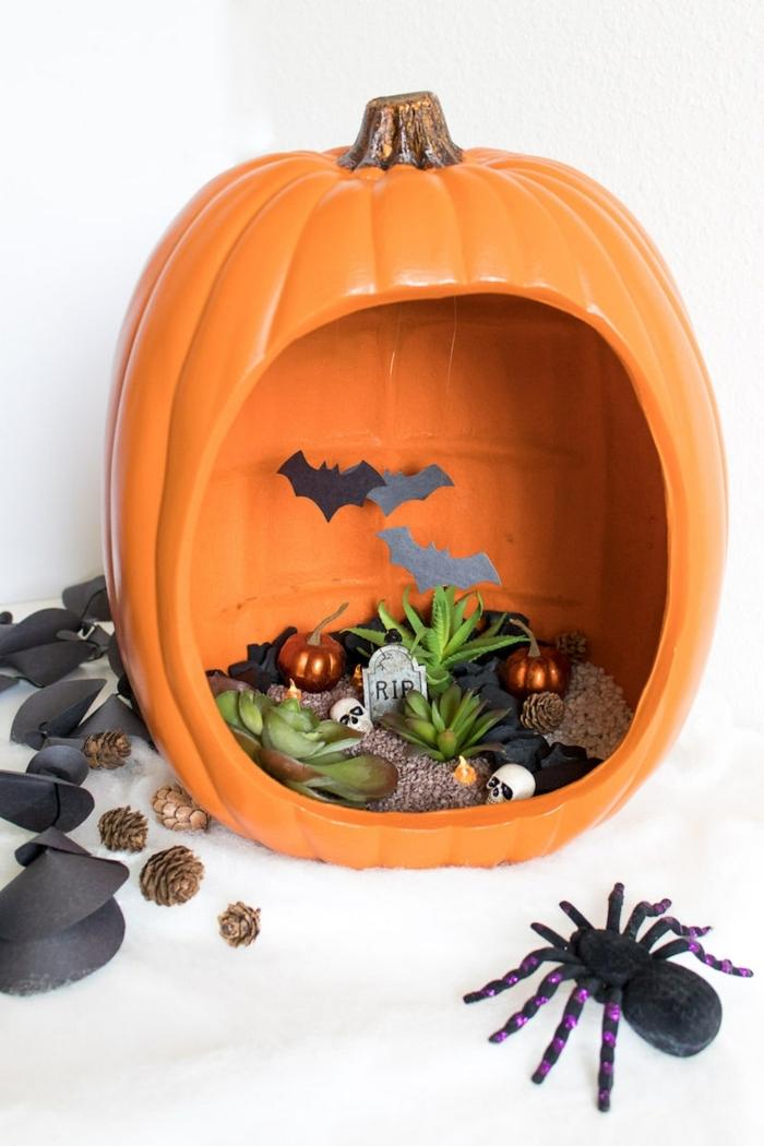 manualidades halloween, terrarium lleno de cosas de espanto, decoración casera fácil, calabaza artifical