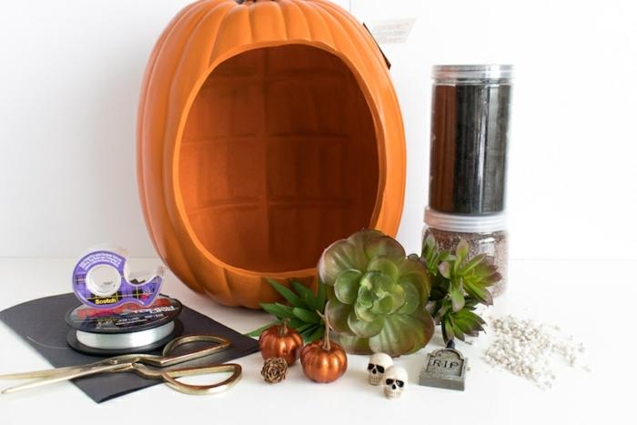 manualidades halloween, calabaza color naranja de plástico para organizar un terrarium decorativo, materiales para hacerlo