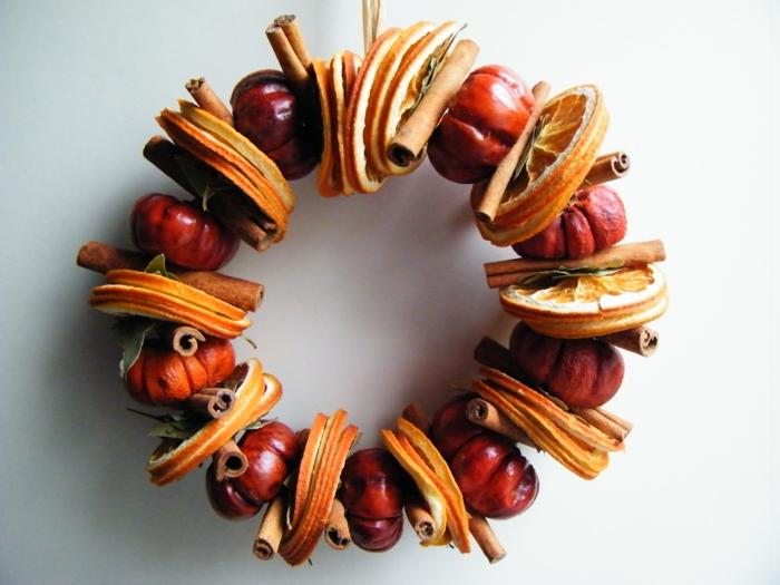 guirnaldas de navidad, corona de navidad natural con manzanas, rodajas de naranja y canela