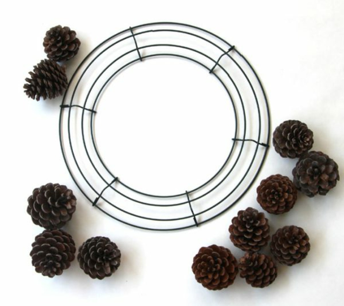 manualidades, navidad, tutorial para hacer corona navideña casera con piñas naturales y cuerda de metal