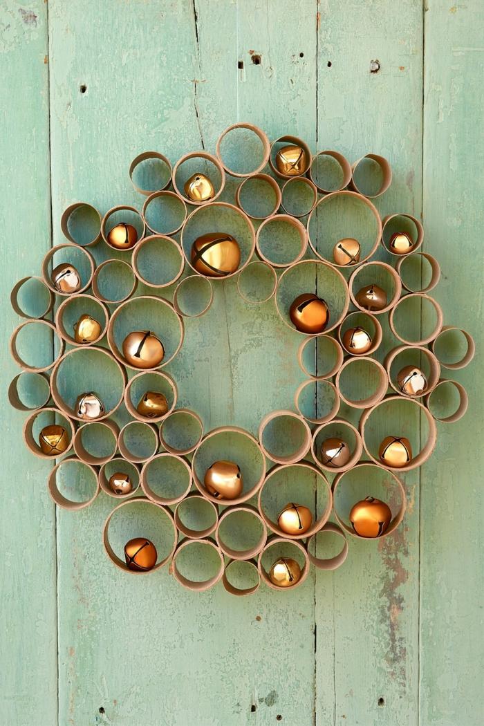 manualidades navidad, corona navideña de rollos de rollos de papel higiénico y bolas decorativas doradas