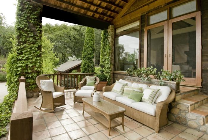 diseño de jardines, organiza tu terraza de verano, suelo de azulejos en beige, muebles en el mismo color, plantas escandentes
