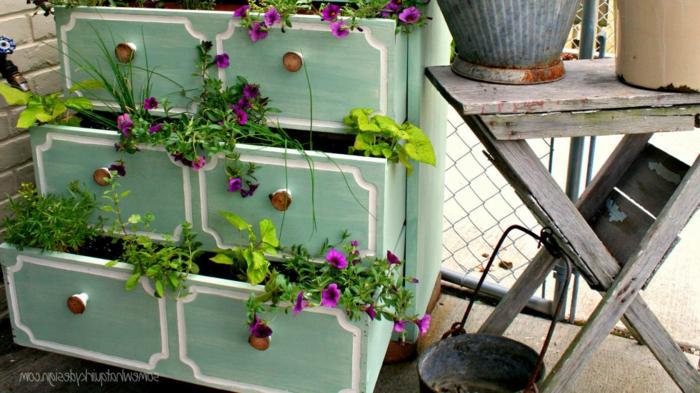 diseño de jardines, adorno original vintage para tu patio, armario viejo pintado en verde claro con potes de flores dentro