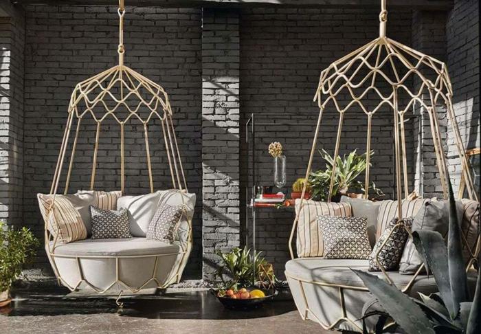 como hacer un jardin un espacio cómodo y original, sillones cuñas colgantes en beige, paredes con ladrillos, estilo industrial
