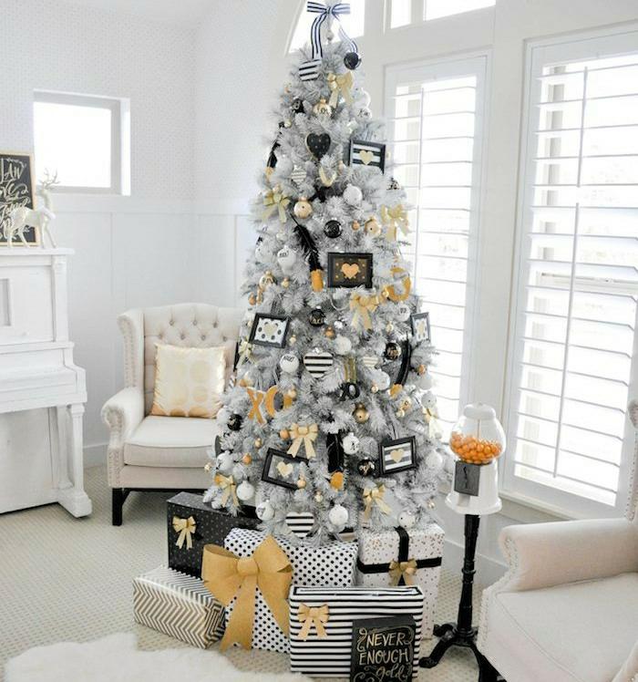 arboles de navidad originales, ejemplo vanguardista para un salón en blanco, árbol artificial con efecto de nevado