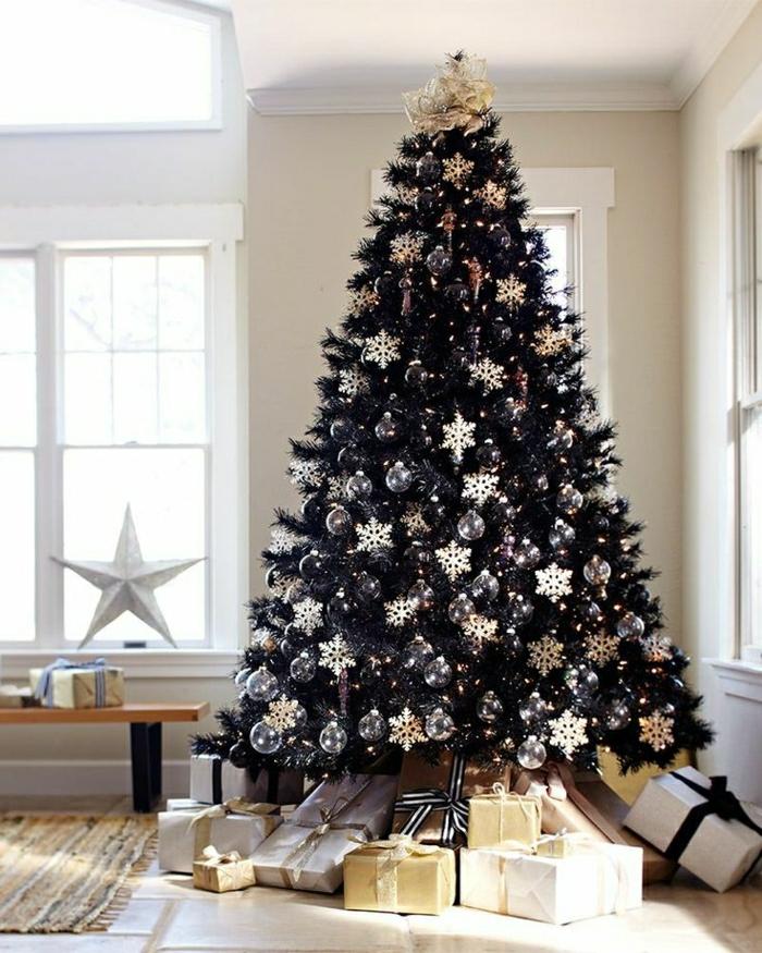 arbol navidad con ornamentos en dorado en forma de copas de nieve, salón en blanco, estilo minimalista