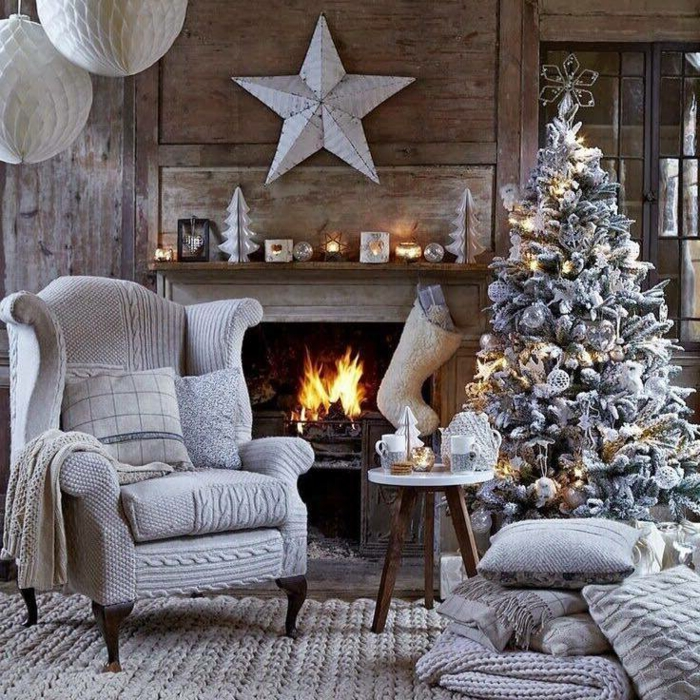 arbol navidad, bonita decoración con efecto de nevado, calcetín navideño blanco, pino artificial con adornos color plata y oro