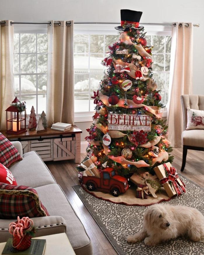 arboles de navidad originales, árbol de decoración acogedora con elementos en dorado y rojo, cojines con estampado de cuadrados