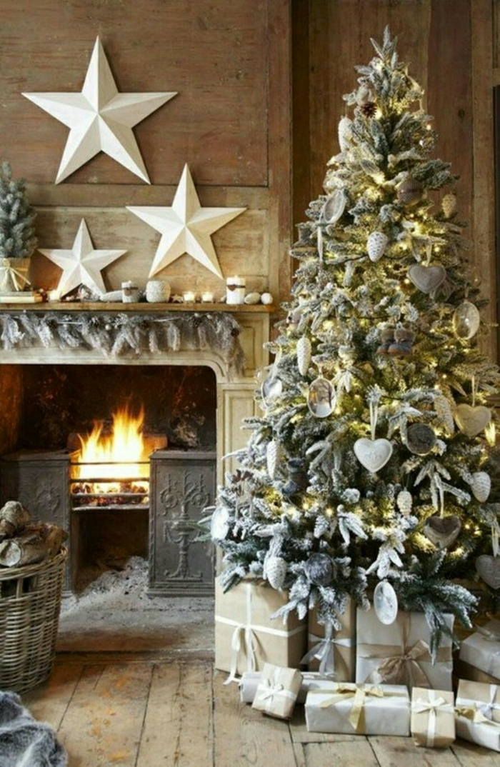 arboles de navidad originales, decoración con efecto nevado, chimenea vintage con ornamentos de estrellas blancas