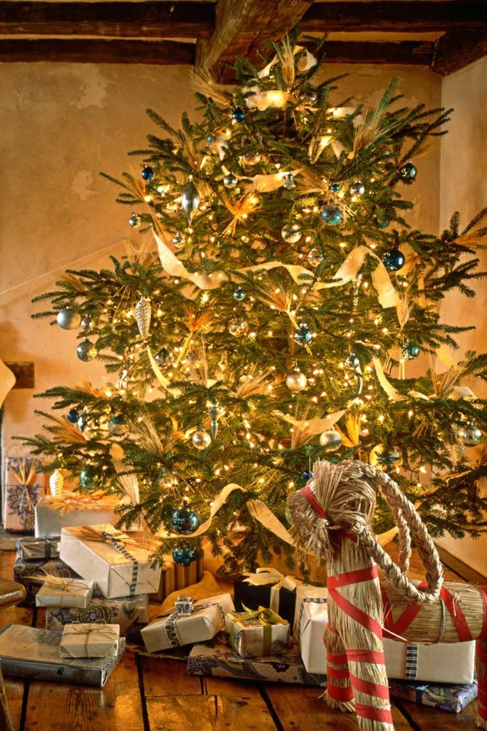 arboles de navidad originales. manera fácil de decorar tu pino, pequeñas bolas azules brillantes y cinta en dorado