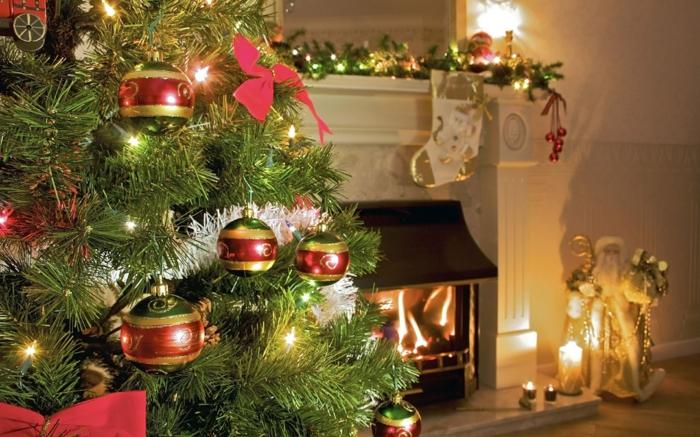 arboles de navidad originales, esferas para el árbol estéticas y cintas rojas, decoración en la chimenea, velas decorativas