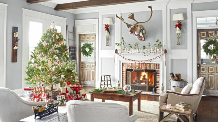 arboles de navidad originales, propuesta de decoración acogedora, árbol vivo de ornamentos en rojo y dorado, muebles de madera y colores claros