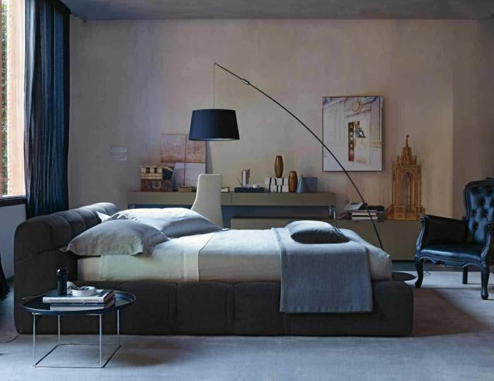 como decorar una habitación, dormitorio oscuro en azul, cama doble debajo de la ventana, lámpara colgante, sillón negro de piel