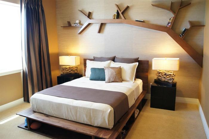 como decorar una habitacion, dormitorio con cama doble, estantería en forma de rama de arbol, lámparas iguales, cortina rayada
