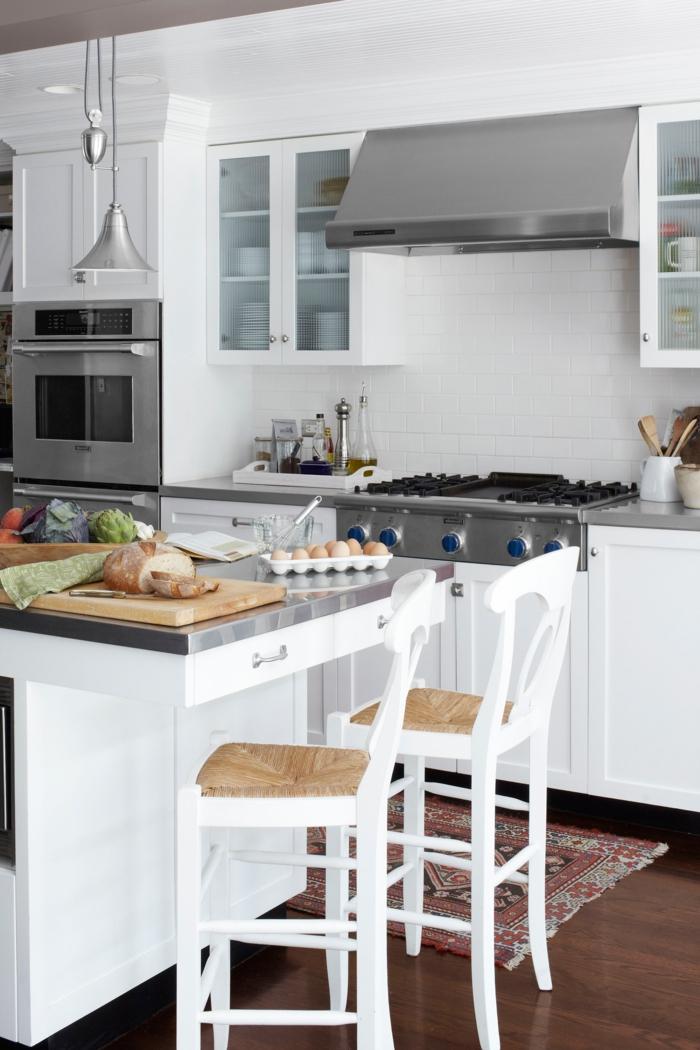 cocina pequeña en colores blanco y gris y esquina comedor, barra cómoda de encimera de aluminio