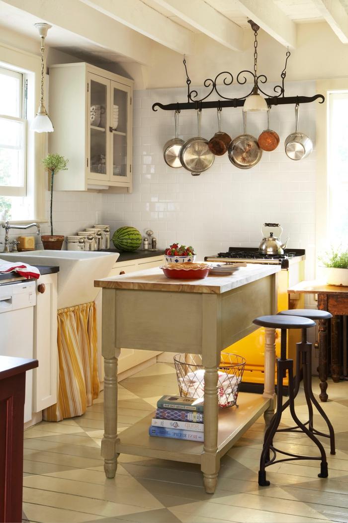 cocina pequeña y acogedora, percha para los utensilios vintage, barra de madera en ruedas, paredes y muebles en blanco