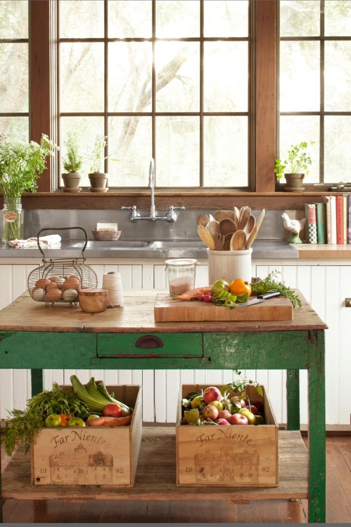 cocina pequeña, mesa vintage verde, ventana grande de madera, decoración de flores, esquina para libros