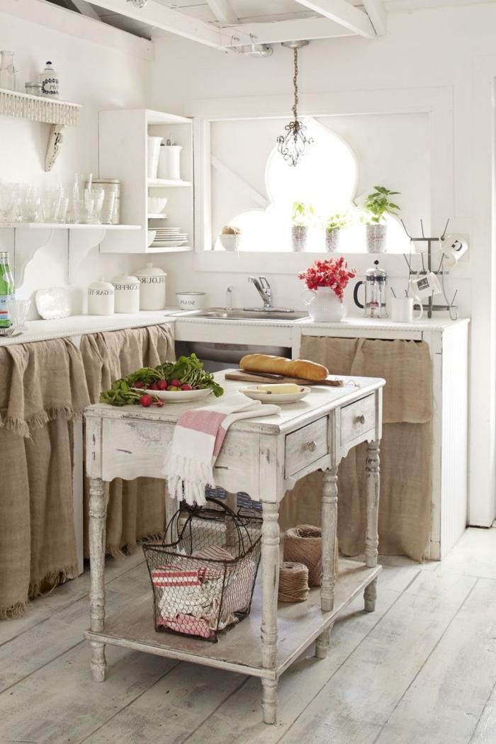 cocina pequeña, propuesta clásica en blanco, cortina en los armarios, mesa de madera vintage