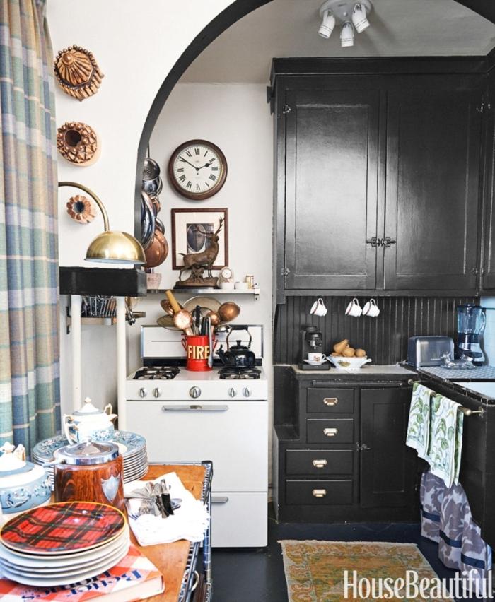 cocinas pequeñas alargadas, armario grande vintage, muchas decoraciones, contraste en blanco y negro