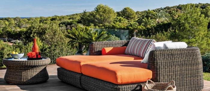 decoracion patios, idea muy adecuada para tu terraza de verano, muebles de mimbre con colchonetas en color naranja