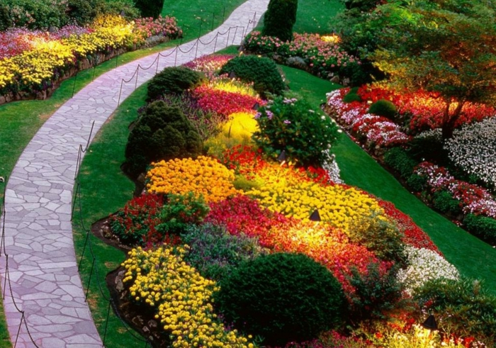 decoracion patios, bonita cama de flores y arbustos para tu jardín, sendero estrecho enpedrado