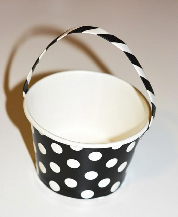 manualidades halloween para niños, cubo de cartón en blanco y negro y estampado de lunares, asa añadida de plástico