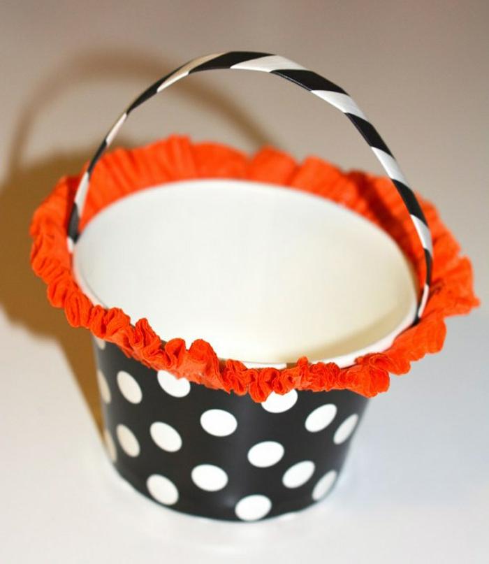 manualidades de halloween, pasos para adornar una cesta de cartón, decoración de papel naranja, cesta en blanco y negro