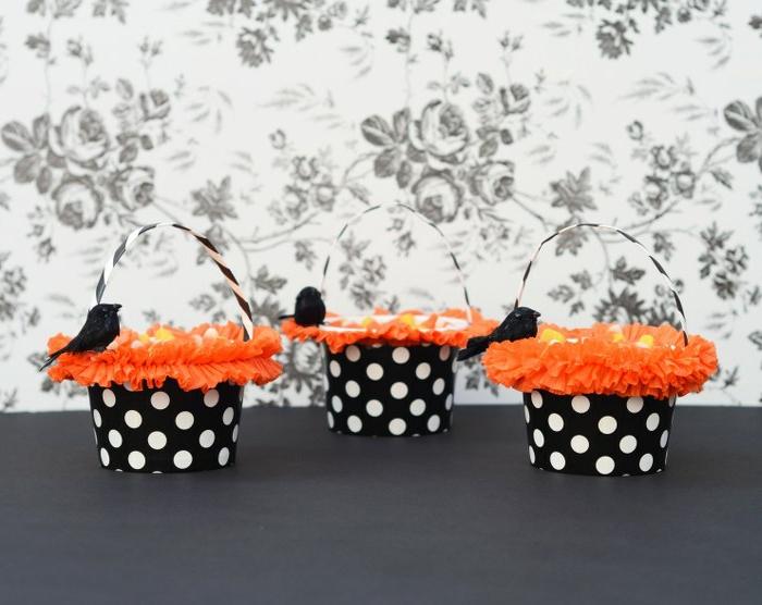 manualidades de halloween, tres cestas en blanco, negro y anaranjado, forma de sombrero, decoración con cuervo