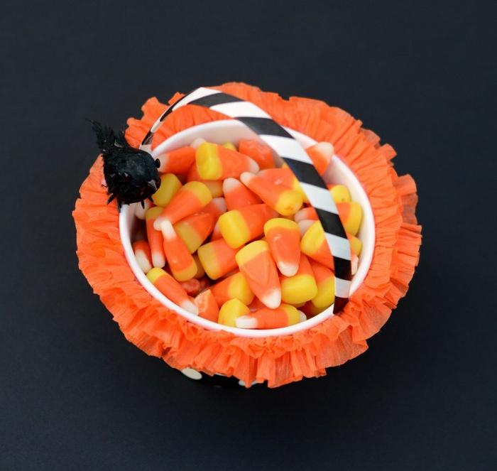 manualidades de halloween para niños, cesta para dulces y caramelos, de color amarillo y naranja, decoración de papel crepe color naranja