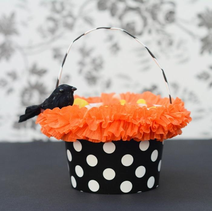 manualidades halloween, cesta de cartulina con decoración de volantes en color naranja, cesta para dulces y bonbones