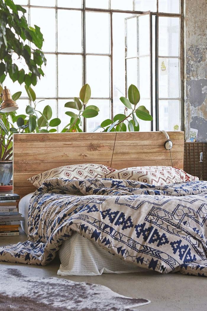 como pintar una habitacion, dormitorio con pared ventana, cama doble con cabecero de amdera, audífonos y plantas verdes