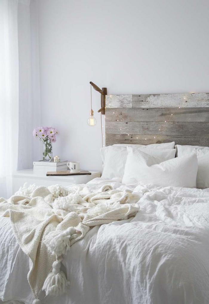 como pintar una habitacion, dormitorio con cama doble, cabecero de madera, bombilla colgante y flores